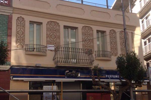 Rehabilitación de fachada exterior decorada con microcemento